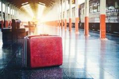 Tasche und Reise an der Bahnstation Stockbild