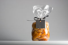 Tasche von getrockneten Aprikosen mit leerem Aufkleber- und Kopienraum Lizenzfreie Stockfotos