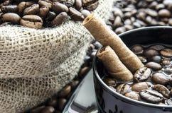 Tasche von Kaffeebohnen Stockfotos