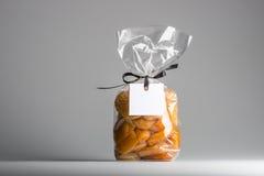 Tasche von kandierten Aprikosen mit leerem Aufkleber- und Kopienraum Stockfoto