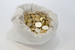 Tasche von Münzen auf einem weißen Hintergrund Lizenzfreie Stockfotos