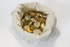 Tasche von Münzen auf Weiß Stockfotografie
