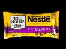 Tasche von Nestle-Milchschokolade-Stückchen stockfotografie