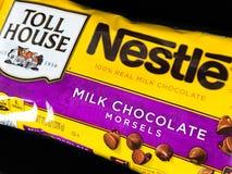 Tasche von Nestle-Milchschokolade-Stückchen stockfotos