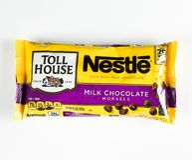 Tasche von Nestle-Milchschokolade-Stückchen lizenzfreie stockfotografie