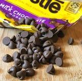 Tasche von Nestle-Milchschokolade-Stückchen stockbilder