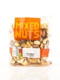 Tasche von Tesco mischte Nüsse auf einem weißen Hintergrund Stockfotos