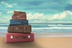 Taschen auf Strand Stockbild