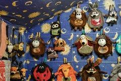 Taschen in den Formen von Tieren am Vilnius-Weihnachtsmarkt Lizenzfreie Stockfotografie
