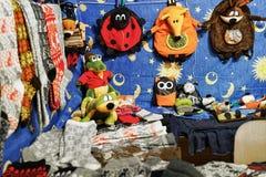 Taschen in den Formen von Tieren am Vilnius-Weihnachtsmarkt Stockbild