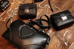 Taschen der neuen die modischen Frauen auf hölzernem Hintergrund Stockfotos