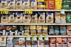 Taschen des gemahlenen Kaffees und der Bohnen auf Supermarktregalen lizenzfreie stockfotografie
