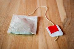 Taschen des grünen Tees auf einem hölzernen Hintergrund Lizenzfreie Stockbilder