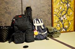 Taschen des Wandererreisenden setzten an Boden in japanisches altes des Schlafzimmers ein lizenzfreies stockfoto