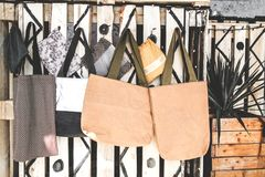 Taschen gemacht vom natürlichen Material stockfoto