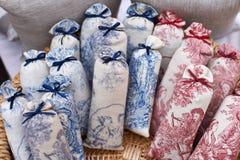 Taschen mit Lavendel auf Markt Stockfotos