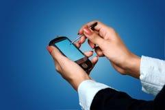 Taschen-PC auf Frauenhänden Stockfotografie