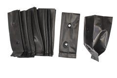 Taschen pflanzen, Kindertagesstätten-Taschen, schwarze Plastiktasche lokalisiert auf weißem Hintergrund stockfoto