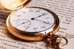 Taschen-Uhr auf geöffnetem Buch Lizenzfreie Stockfotografie