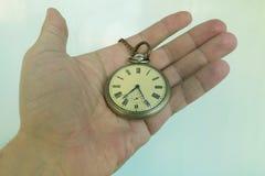 Taschen-Uhr in der Hand Lizenzfreie Stockbilder