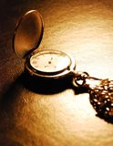 Taschen-Uhr, die auf einen Schreibtisch legt Lizenzfreies Stockbild