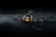 Taschen-Uhr im Sand lizenzfreies stockfoto