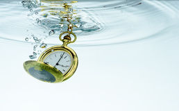 Taschen-Uhr im Wasser Lizenzfreie Stockbilder