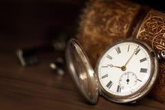 Taschen-Uhr mit altem Buch und Schlüsseln Lizenzfreies Stockfoto