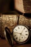 Taschen-Uhr mit alten Büchern Stockbilder