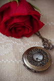 Taschen-Uhren und Rose Stockfotografie