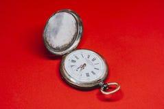 Taschen-Weinlese-Armbanduhr auf weißem Hintergrund Lizenzfreies Stockfoto