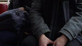 Taschendieb, der Telefon von einer Frau ` s Handtasche in der Tram oder im Bus stiehlt stock video
