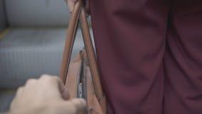 Taschendiebdieb stiehlt Smartphone von der orange Handtasche lizenzfreies stockbild