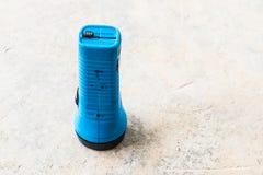 Taschenlampe auf dem Boden Lizenzfreie Stockfotografie