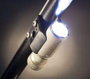 Taschenlampe an unter einem Schrotflintenfaß stockfotos