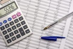 Taschenrechner auf Bilanz Stockfotografie