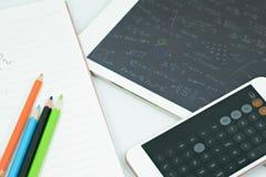 Taschenrechner auf Buch mit Farbbleistift und -tablette auf hölzerner Tabelle Konzept lernen neue Arten Stockbild