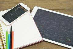 Taschenrechner auf Buch mit Farbbleistift und -tablette auf hölzerner Tabelle Konzept lernen neue Arten Stockfotos