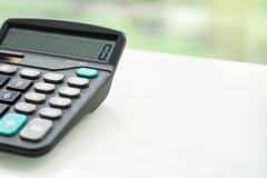 Taschenrechner auf der weißen Tabelle nahe Fenster, Nahaufnahme sideview lokalisiert Stockfoto