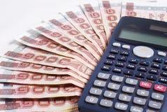 Taschenrechner auf Geldhintergrund Stockfoto