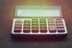 Taschenrechner auf hölzerner Tabelle Stockfoto