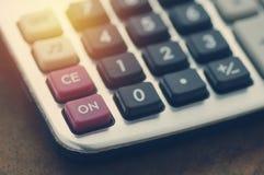 Taschenrechner auf hölzerner Tabelle Lizenzfreies Stockfoto