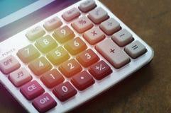 Taschenrechner auf hölzerner Tabelle Lizenzfreie Stockfotos