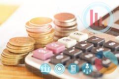 Taschenrechner auf hölzerner Tabelle mit Geld Stockfotografie