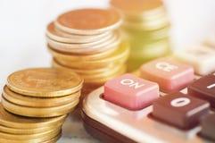 Taschenrechner auf hölzerner Tabelle mit Geld Lizenzfreie Stockfotografie
