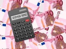 Taschenrechner auf Hintergrund des Euros zehn Stockbilder