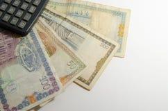 Taschenrechner auf Hintergrund des syrischen Pfund Lizenzfreie Stockfotografie