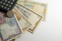 Taschenrechner auf Hintergrund des syrischen Pfund Stockfotografie