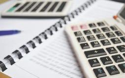 Taschenrechner auf Notizbuch mit Stift Stockfotografie