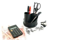 Taschenrechner, Banknoten und anderes Briefpapier auf Weiß Lizenzfreie Stockfotos